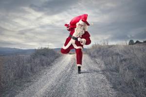 hollende kerstman in kerstreclames en op kerstkaarten
